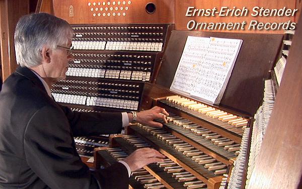 Prof. Ernst-Erich Stender an der Großen Orgel von St. Marien zu Lübeck